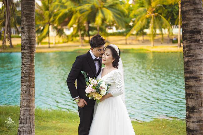 Cô dâu 65 tuổi lấy chồng ngoại 24 tuổi khoe ảnh cưới cực ngầu sau khi gặp mặt cặp đôi vợ chồng 62 - 26-5