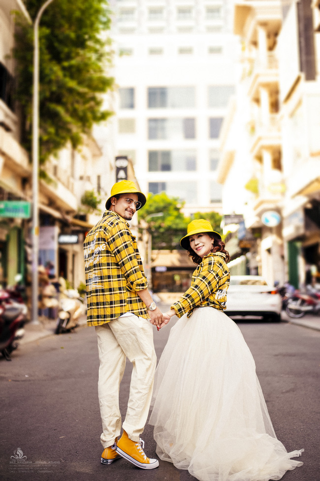 Cô dâu 65 tuổi lấy chồng ngoại 24 tuổi khoe ảnh cưới cực ngầu sau khi gặp mặt cặp đôi vợ chồng 62 - 26-9