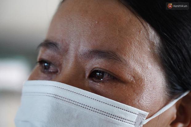 """Bệnh nhân Covid-19 ở Mê Linh khỏi bệnh: Từ khi vào đây đã 1 tháng rồi, ai cũng được về nhà, còn mỗi mình tôi nằm đến tận trưa hôm qua vẫn khóc""""-1"""