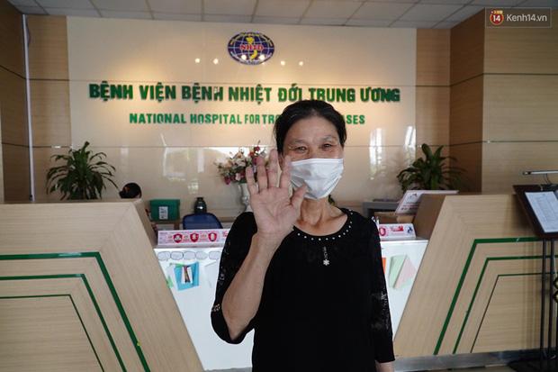 """Bệnh nhân Covid-19 ở Mê Linh khỏi bệnh: Từ khi vào đây đã 1 tháng rồi, ai cũng được về nhà, còn mỗi mình tôi nằm đến tận trưa hôm qua vẫn khóc""""-2"""