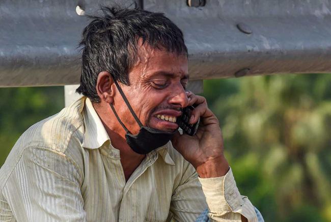 Câu chuyện đằng sau bức ảnh người cha khắc khổ bật khóc bên đường khi hay tin con ốm mà không có tiền về nhà gây chấn động thế giới-2