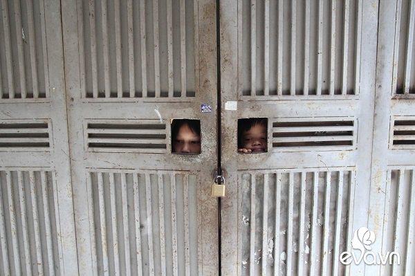 Ánh mắt sau song sắt của 3 đứa trẻ không được đến trường, không được khai sinh giữa Hà Nội-1