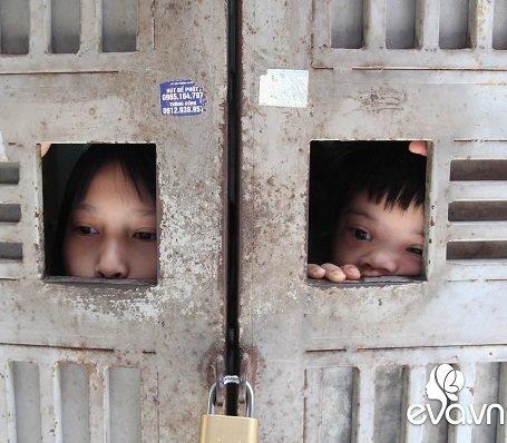Ánh mắt sau song sắt của 3 đứa trẻ không được đến trường, không được khai sinh giữa Hà Nội-2