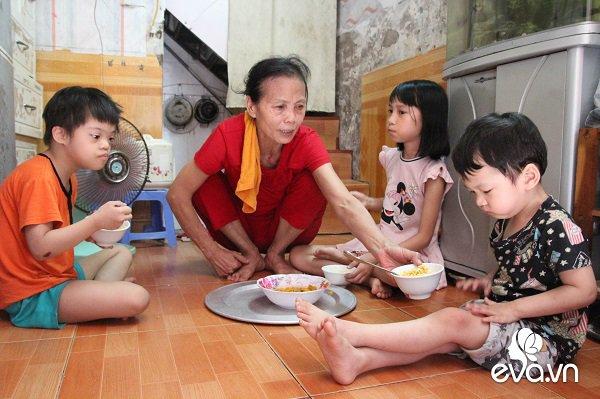 Ánh mắt sau song sắt của 3 đứa trẻ không được đến trường, không được khai sinh giữa Hà Nội-10