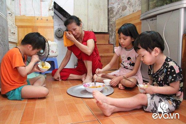 Ánh mắt sau song sắt của 3 đứa trẻ không được đến trường, không được khai sinh giữa Hà Nội-12