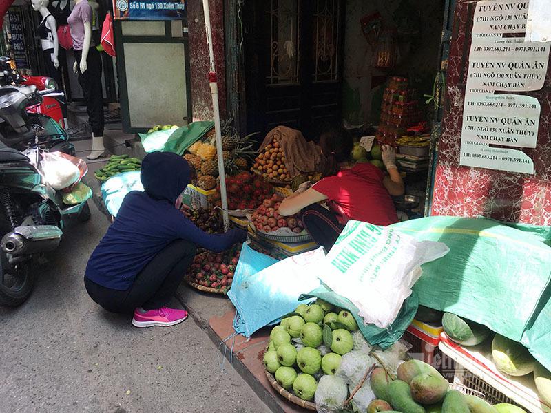 Nắng đổ lửa, chợ vắng tanh, hoa quả đắp chăn giữa trời 40 độ-10