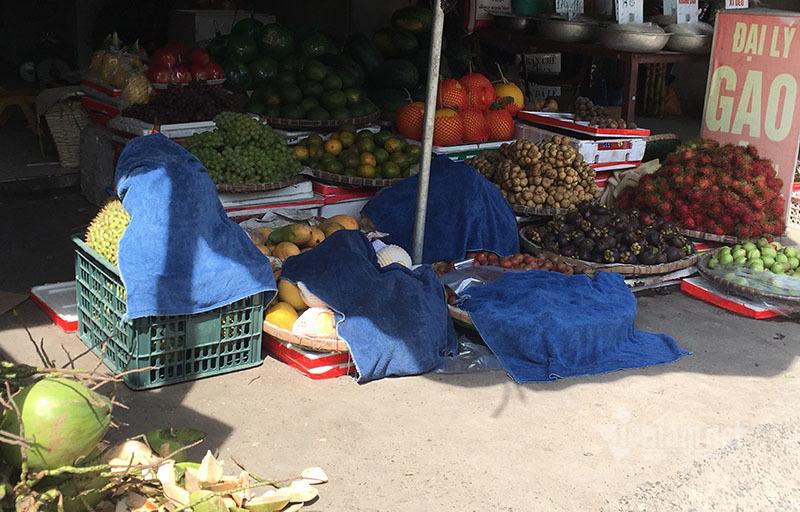 Nắng đổ lửa, chợ vắng tanh, hoa quả đắp chăn giữa trời 40 độ-12