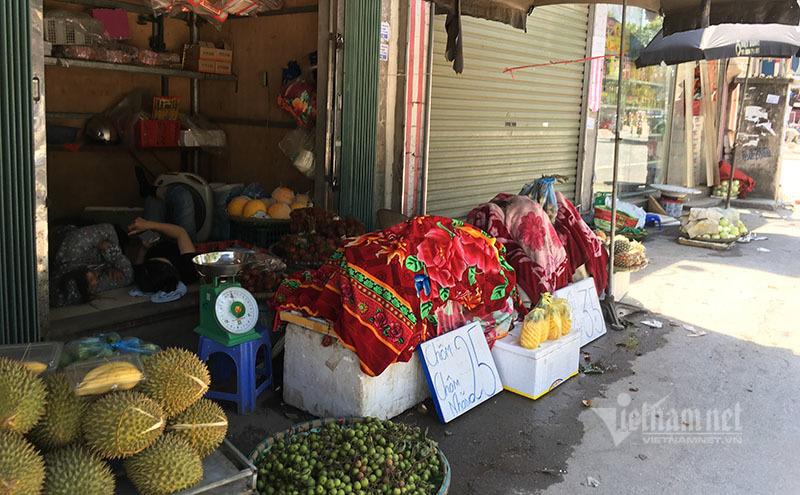Nắng đổ lửa, chợ vắng tanh, hoa quả đắp chăn giữa trời 40 độ-9
