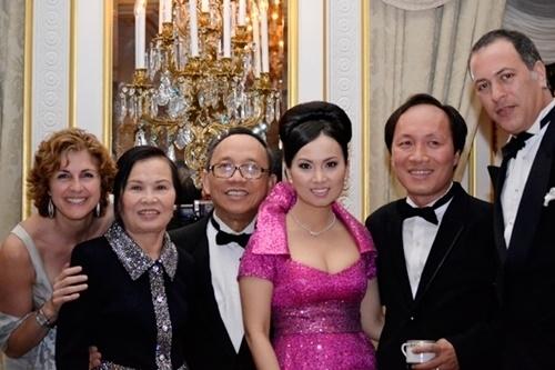 Tỷ phú gốc Việt từng khiến TT Trump nóng mặt, bỏ Hoa hậu lấy em gái Cẩm Ly-2