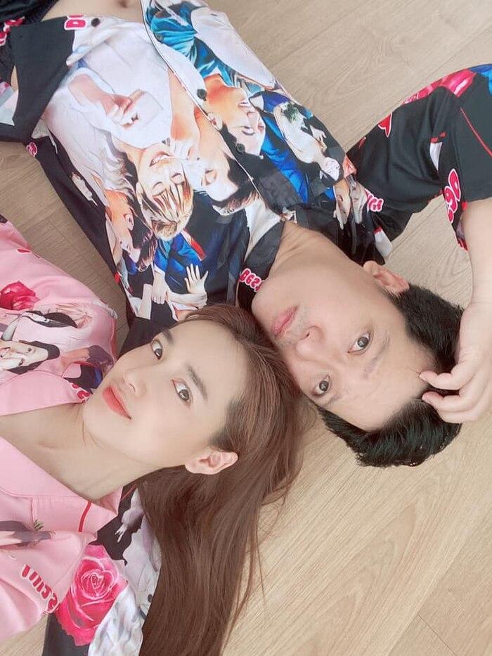 Có vợ lầy lội thấy mà tức: Nhã Phương in hình hai vợ chồng lên áo ngủ, xin phép dùng app chỉnh ảnh vì lỗi của Trường Giang-1