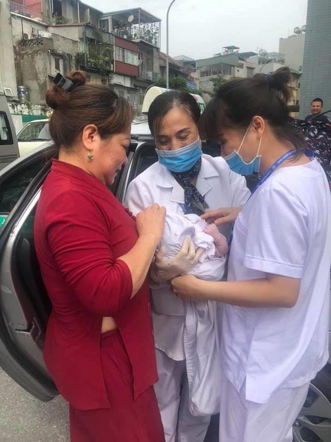 Nhờ ứng biến kịp thời trong lúc tắc đường, lái xe taxi và nhân viên tiêm chủng giúp sản phụ sinh con thành công-1