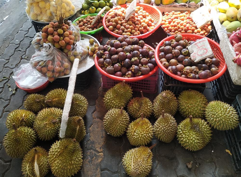 Sầu riêng ở Sài Gòn chẳng cần giải cứu mà nhiều nơi vẫn bán giá siêu mềm-6