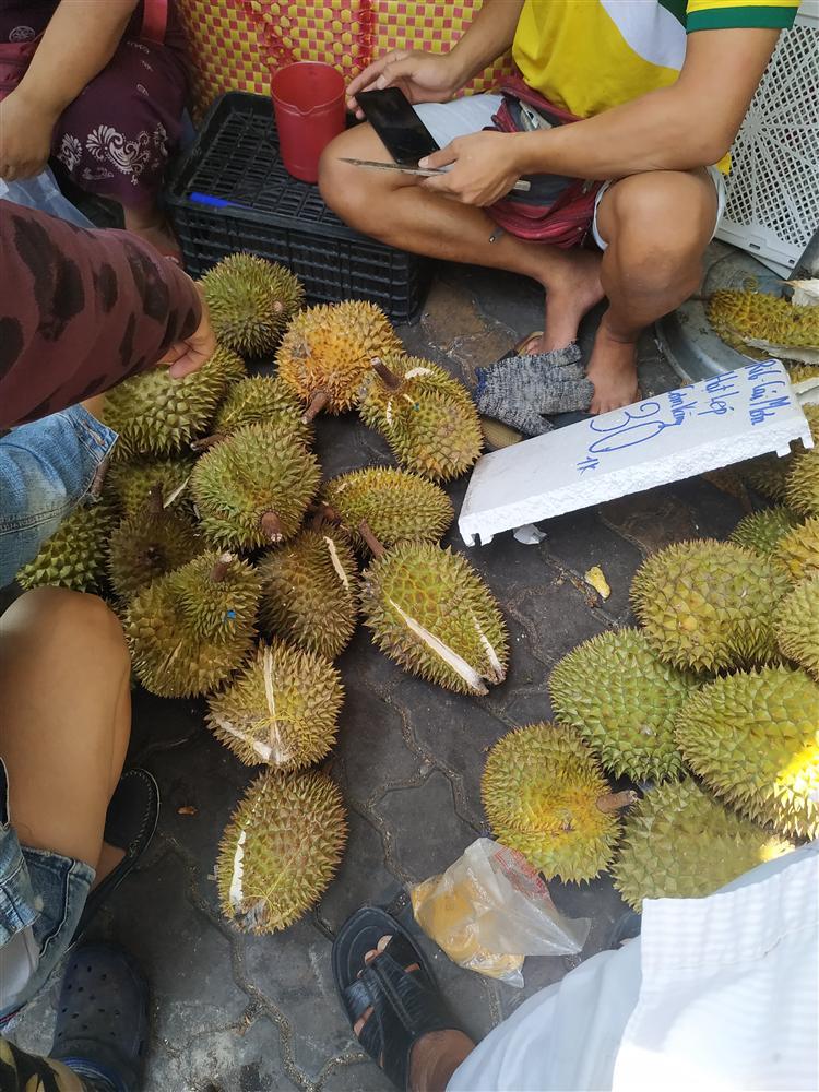 Sầu riêng ở Sài Gòn chẳng cần giải cứu mà nhiều nơi vẫn bán giá siêu mềm-8