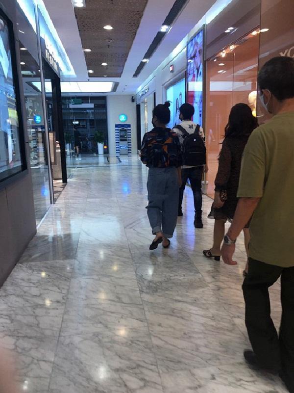 Giữa ồn ào lời qua tiếng lại với Chi Pu, Gil Lê thảnh thơi đi mua sắm cùng người yêu tin đồn Hoàng Thùy Linh-2