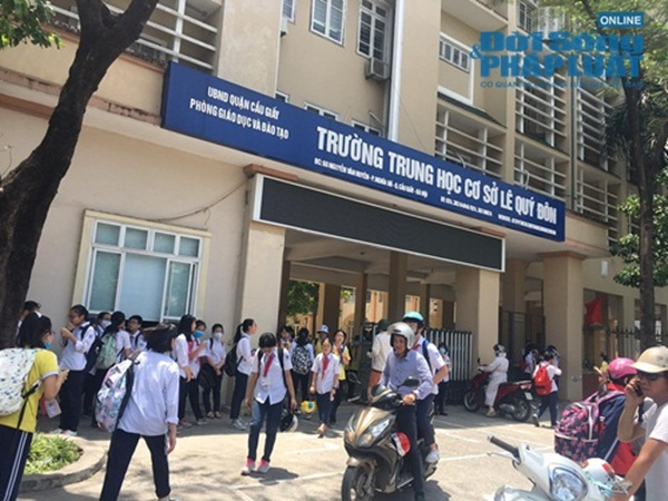 Chủ tịch Hà Nội yêu cầu kiểm tra vụ trường khóa cửa lớp, học sinh đội nắng chờ phụ huynh đến đón-1