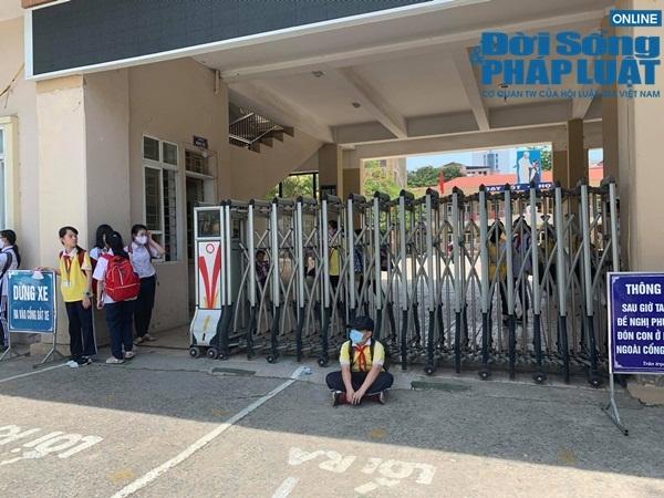Chủ tịch Hà Nội yêu cầu kiểm tra vụ trường khóa cửa lớp, học sinh đội nắng chờ phụ huynh đến đón-3