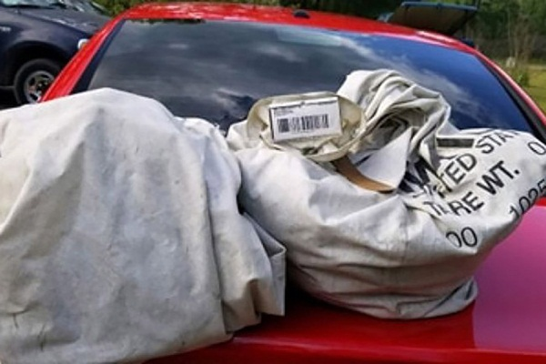 Tưởng túi rác nằm chỏng chơ giữa đường, người phụ nữ có lòng tốt dừng xe dọn dẹp không ngờ nhặt được cả gia tài triệu USD-1
