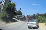Xe máy vượt ẩu trước đầu xe tải, bị đâm rồi đẩy đoạn dài trên đường-1