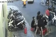 Dừng xe ghẹo nhóm cô gái ăn dưới lòng đường, thanh niên lĩnh ngay vài cái ghế vào ngườ