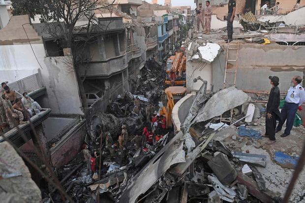 Thi thể văng ra khỏi máy bay: Nhân chứng kể lại khoảnh khắc xảy ra thảm kịch rơi máy bay Pakistan và nỗ lực cứu 1 người sống sót-1