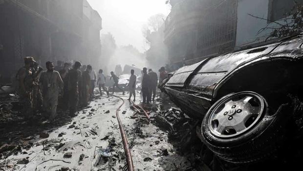 Thi thể văng ra khỏi máy bay: Nhân chứng kể lại khoảnh khắc xảy ra thảm kịch rơi máy bay Pakistan và nỗ lực cứu 1 người sống sót-2