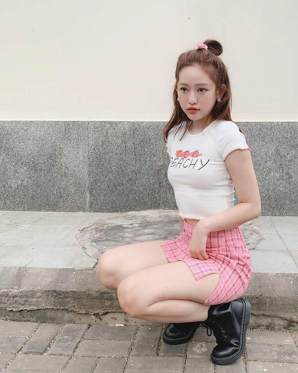 Về thăm ba, Thuý Vi diện váy dài kín chân, cách chọn màu đã cộng cho hotgirl cả vài tuổi-2
