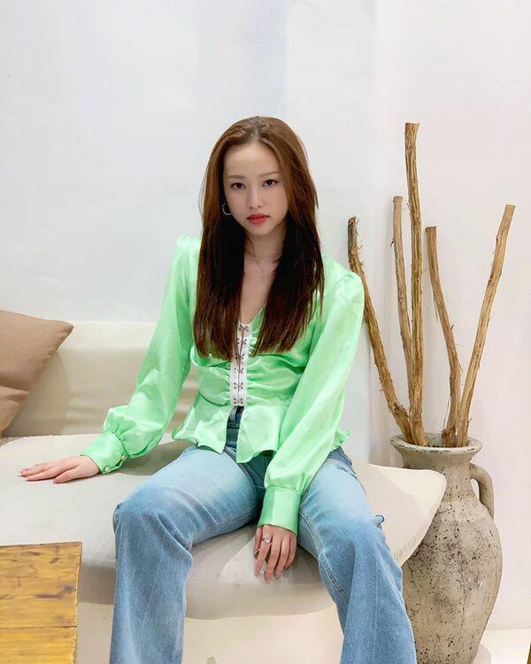 Về thăm ba, Thuý Vi diện váy dài kín chân, cách chọn màu đã cộng cho hotgirl cả vài tuổi-4