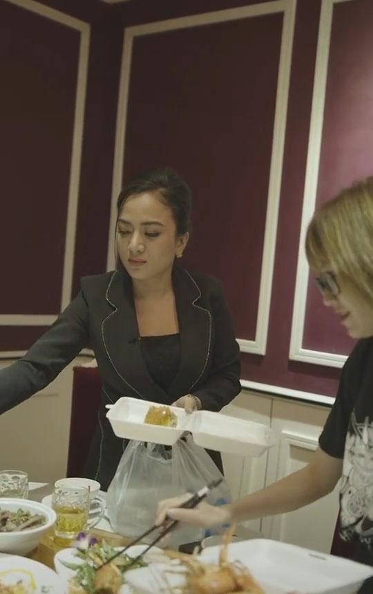 Clip Chủ tịch' mang đồ ăn thừa từ bàn tiệc về phát cho người nghèo, gây tranh cãi dữ dội: Nhà giàu chỉ lấy đồ thừa đem đi cho thôi-1