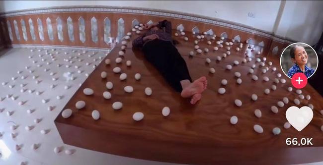Con trai bà Tân Vlog xếp trứng quanh nhà để troll mẹ, bị dân tình phẫn nộ lên án vì lãng phí thức ăn-1