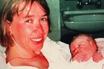 Bức ảnh chấn động: Mỉm cười bên con gái sơ sinh, người phụ nữ không ngờ chồng lại vô ý giao đứa trẻ cho kẻ bắt cóc ngay sau đó