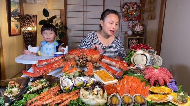 Mừng 3 triệu sub, Quỳnh Trần JP chơi lớn với mâm hải sản cua hoàng đế nặng hơn 6kg và hàng loạt món siêu đắt-1