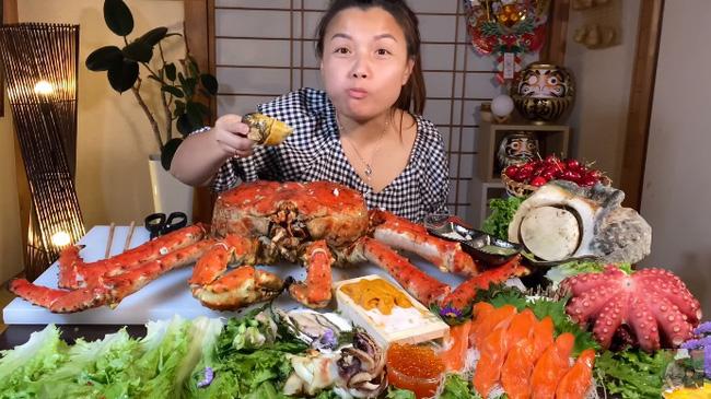 Mừng 3 triệu sub, Quỳnh Trần JP chơi lớn với mâm hải sản cua hoàng đế nặng hơn 6kg và hàng loạt món siêu đắt-4