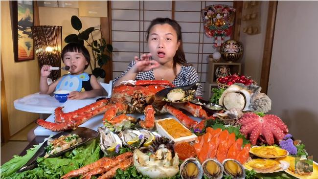 Mừng 3 triệu sub, Quỳnh Trần JP chơi lớn với mâm hải sản cua hoàng đế nặng hơn 6kg và hàng loạt món siêu đắt-5