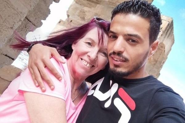Cô dâu 62 kết hôn với chú rể 26 chỉ sau một lần kết bạn nhầm trên Facebook-1