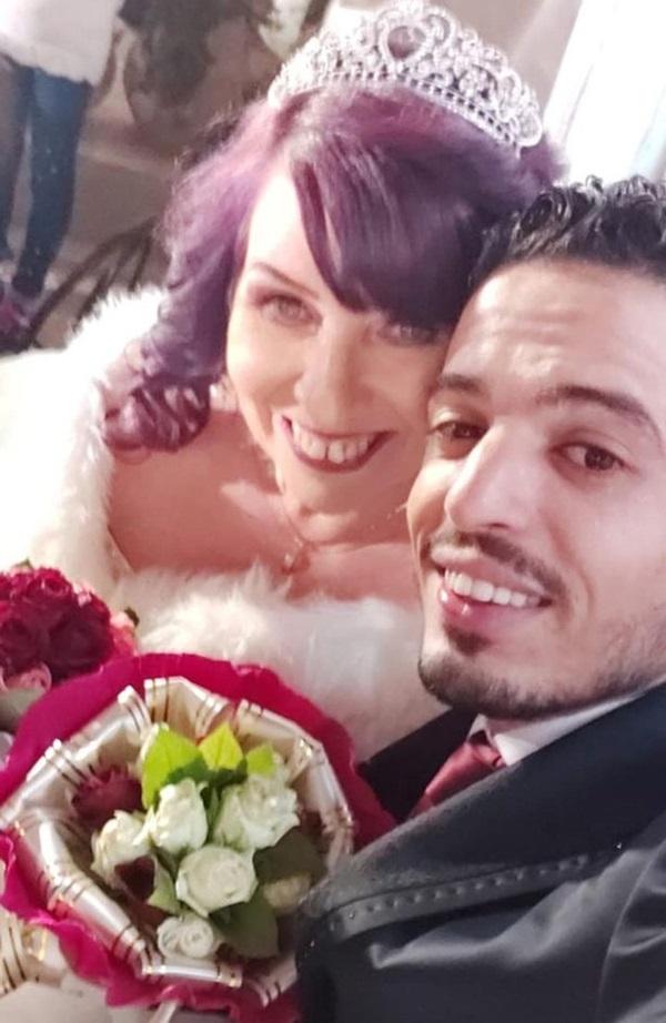 Cô dâu 62 kết hôn với chú rể 26 chỉ sau một lần kết bạn nhầm trên Facebook-4