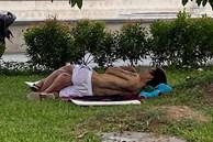 Phẫn nộ cặp đôi ăn mặc mát mẻ, vô tư nằm hôn hít trên bãi cỏ ven đường ở Bắc Ninh