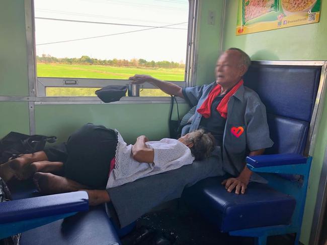Cụ ông kê chân cho bà nằm trên chuyến tàu xa: Đã chọn đúng người, thì cả đời này đâu cần phải lớn lên-1
