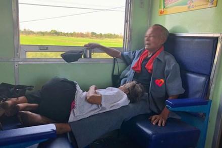 Cụ ông kê chân cho bà nằm trên chuyến tàu xa: