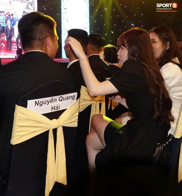 Hot: Quang Hải đưa Huỳnh Anh cùng đi dự lễ trao giải Quả bóng vàng Việt Nam 2020-5