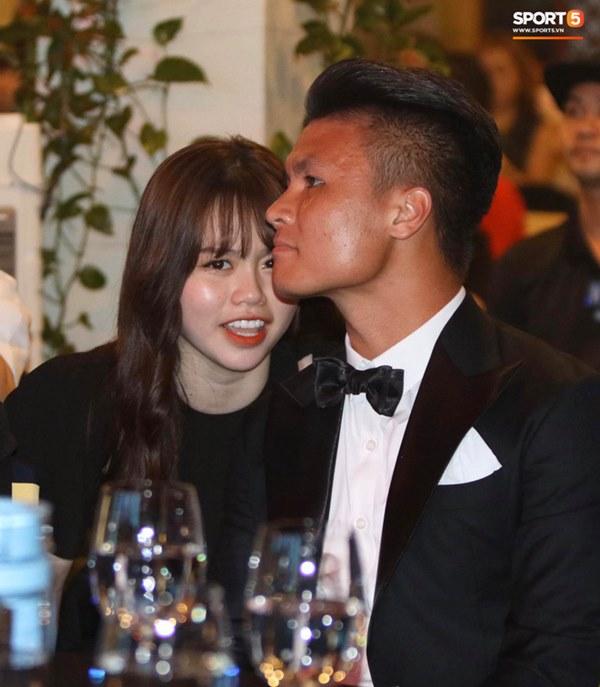 Hot: Quang Hải đưa Huỳnh Anh cùng đi dự lễ trao giải Quả bóng vàng Việt Nam 2020-8