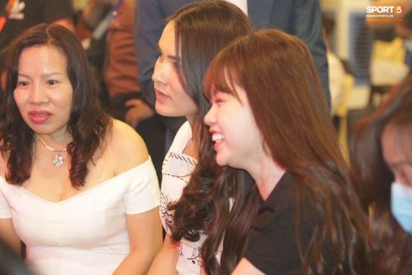 Hot: Quang Hải đưa Huỳnh Anh cùng đi dự lễ trao giải Quả bóng vàng Việt Nam 2020-10