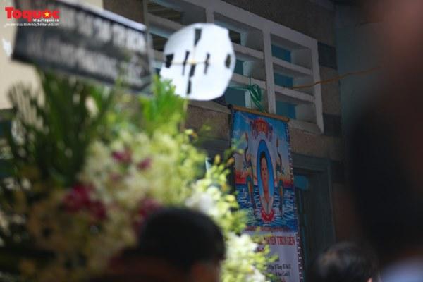 Bí thư Nguyễn Thiện Nhân bật khóc khi viếng bé trai bị cây phượng vĩ đè tử vong tại trường-1
