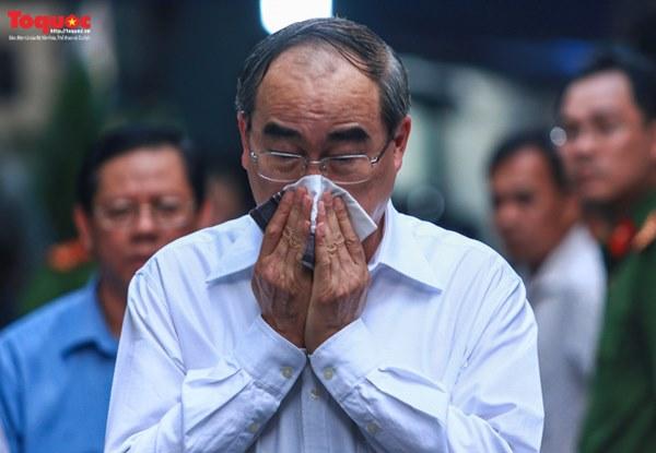 Bí thư Nguyễn Thiện Nhân bật khóc khi viếng bé trai bị cây phượng vĩ đè tử vong tại trường-10