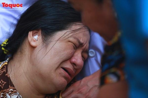 Bí thư Nguyễn Thiện Nhân bật khóc khi viếng bé trai bị cây phượng vĩ đè tử vong tại trường-15