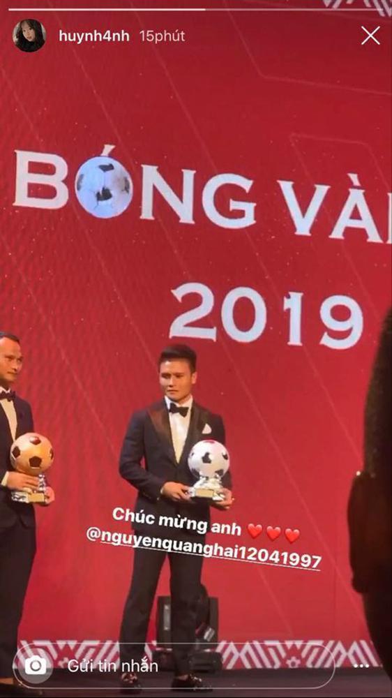 Huỳnh Anh ngắm nhìn say đắm, chăm chú ghi lại khoảnh khắc Quang Hải lên bục nhận giải-1