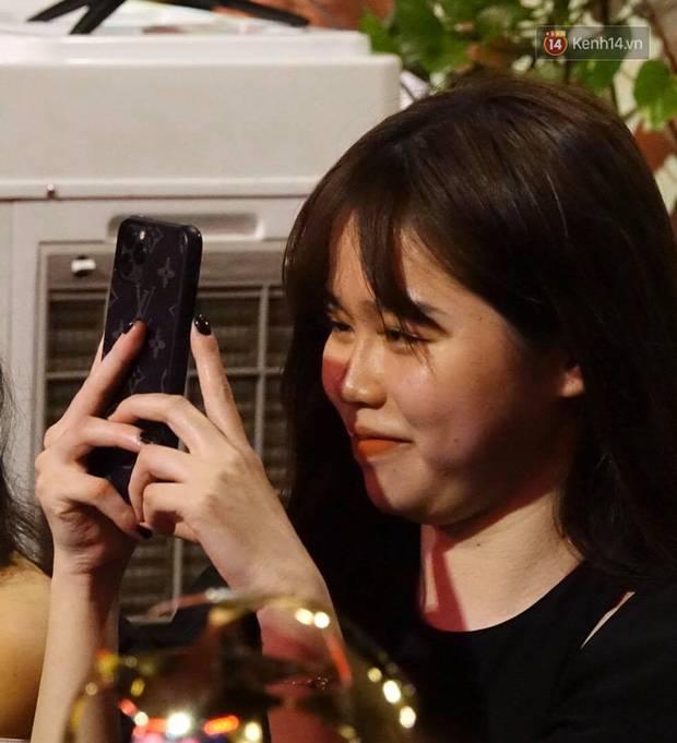 Huỳnh Anh ngắm nhìn say đắm, chăm chú ghi lại khoảnh khắc Quang Hải lên bục nhận giải-2