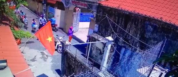 Bé gái lớp 1 đứng nắng trước cổng trường vì đi học sớm: Toàn bộ sự việc diễn ra như thế nào?-1