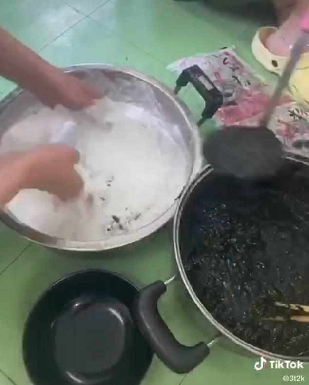 Đi đường ở Nhật tiện tay hái nắm lá, cô gái chế ngay được món bánh nức tiếng quê nhà khiến mọi người tới tấp hỏi công thức-4