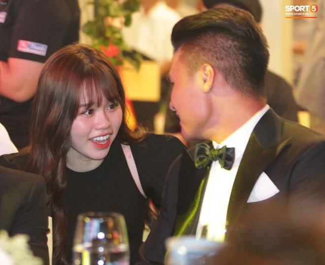 Bạn gái Quang Hải cũng không thoát khỏi cán cân ảnh trên mạng - ngoài đời: Bạn thích bên nào hơn?-4