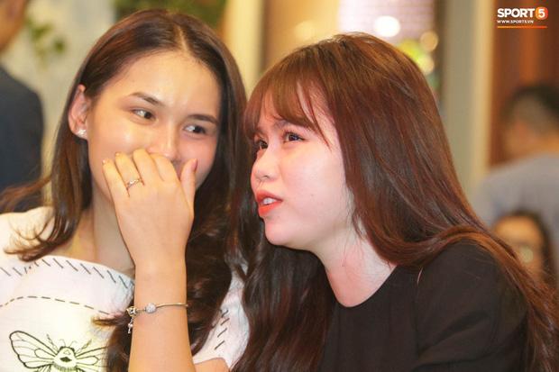 Bạn gái Quang Hải cũng không thoát khỏi cán cân ảnh trên mạng - ngoài đời: Bạn thích bên nào hơn?-6